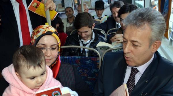 Tokat Valisi  Halk Otobüsünde Kitap Okudu