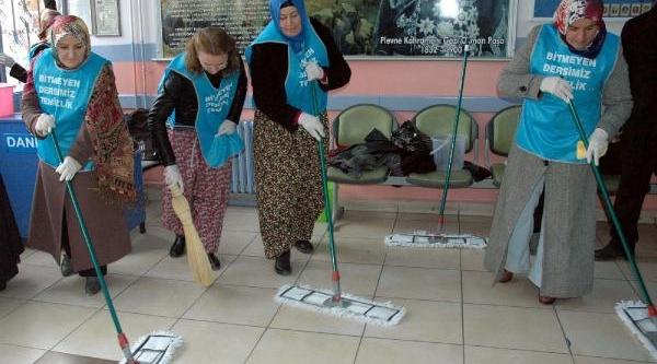 Tokat'ta Öğrenci Velileri Sinif Temizledi