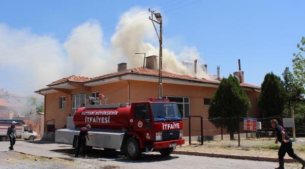 Tomarza'da Fırının Çatisi Yandı