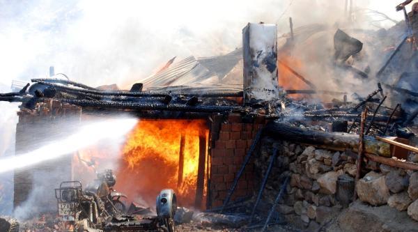 Tosya'da 3 Ev, 1 Samanlık Yandı