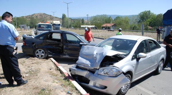 Tosya'da İki Otomobil Çarpişti: 3 Yaralı