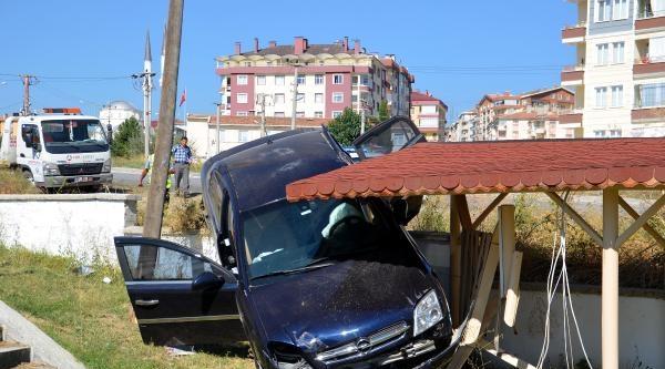 Tosya'da Otomobil Çay Bahçesine Uçtu: 2 Yaralı