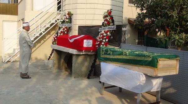 Trafik Kazasında Yaşamını Yitiren Polis Memuru Ve Oğlu Toprağa Verildi