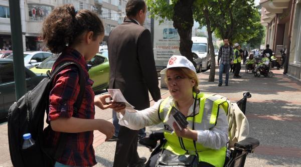 Trafik Memuru Olan Engelliler Rampayı Çikamayinca Polisler Yardım Etti