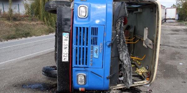Traktör Minibüsle Çarpişti: 4 Yarali