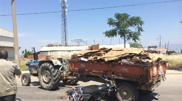 Traktöre Çarpan Motosiklet Sürücüsü Ağır Yaralandı