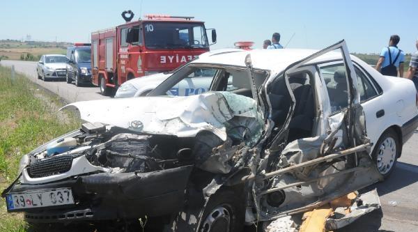 Traktörle Çarpişan Otomobilin Sürücüsü Yaralandı