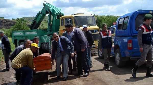 Traktörünün Altında Kaldı