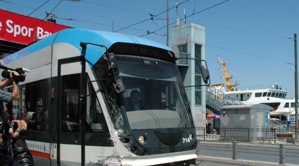 Tramvay Otobüsle Çarpişti: 3 Yaralı