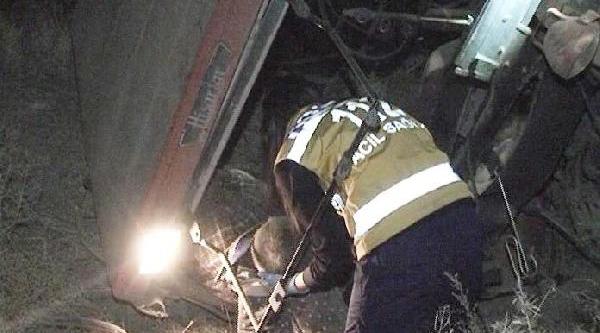 Trenin Çarptiği, Traktördeki Baba Ve Oğul Öldü