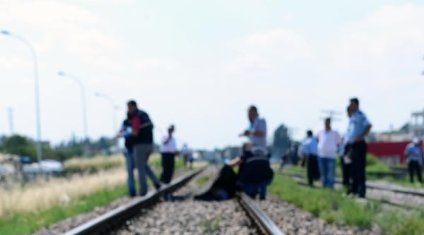 Trenin Önüne Atlayıp İntihar Etti