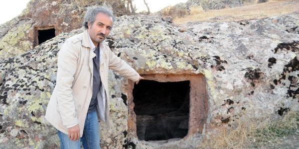Tunceli'de 4 Bin Yillik Kaya Mezarlar Ahir Olarak Kullaniliyor