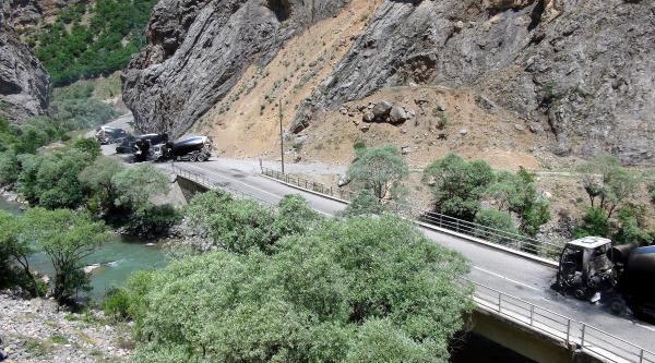 Tunceli'de Yol Kesen Pkk'lılar 5 Aracı Yaktı, 6 Kişiyi Kaçırdı