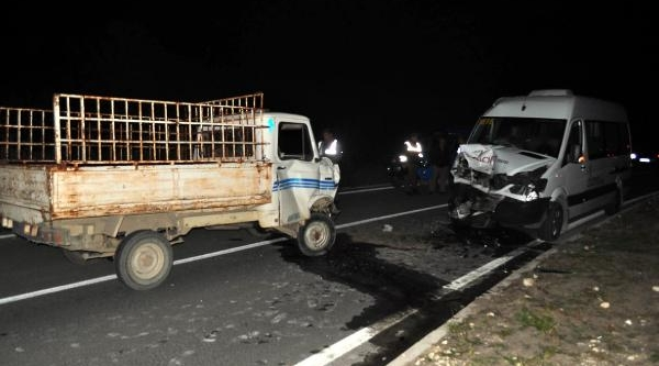 Tur Minibüsü Kamyonetle Çarpişti: 2'si Turist, 3 Yarali