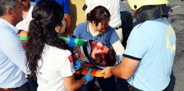 Tur Transfer Minibüsü Kaza Yaptı: 3 Yaralı