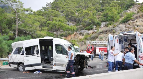 Turistleri Taşıyan Minibüs Kaza Yaptı: 9 Yaralı