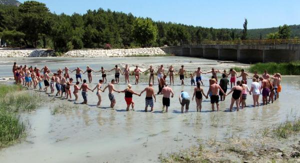 Turistlerin Çamur Banyosu Keyfi