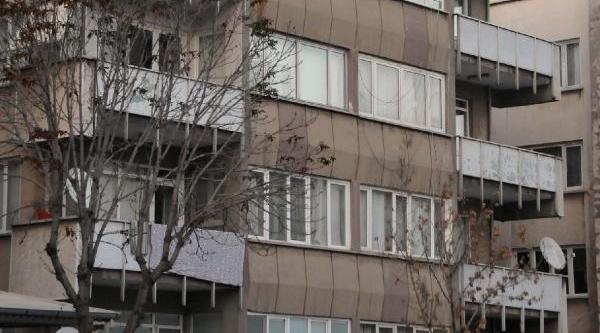 Türk Bayraği Astiği Binanin Çatisindan Atlamak Istedi