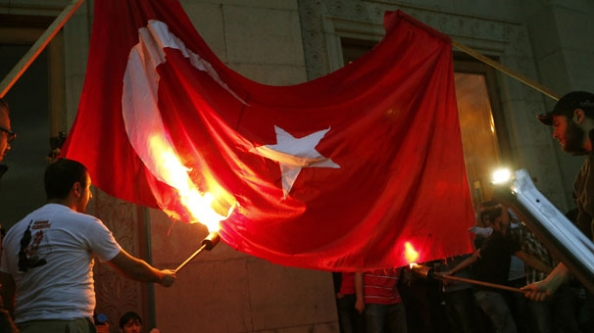 Türk bayrağı yakıldı!