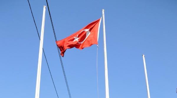 Türk Bayrağını İndirmeye Çalişti, Fark Edilince Kaçtı - Fotoğrafı