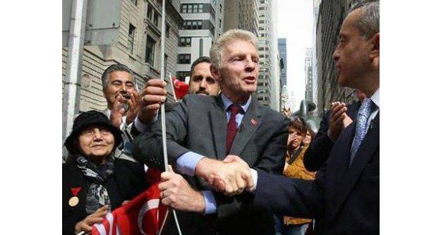 Türk bayrağını New York'ta göndere çekti