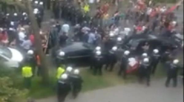 Türk Bayrağını Yere Atan Avusturya Polisine Büyük Tepki