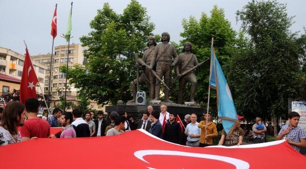 Türk Bayrağının İndirilmesi Protesto Edildi