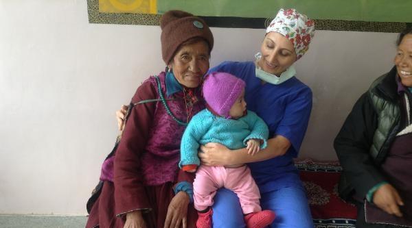 Türk Doktor Yıllık İzninde Hindistan'a Gidip Gönüllü Çalişti