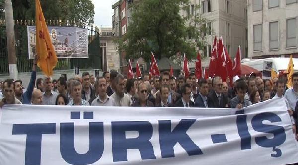Türk-iş Üyeleri Galatasaray Meydanı'nda Basın Açıklaması Yaptı