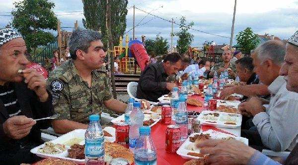 Türk Subayları Kosovalılarla Birlikte Orucunu Açtı