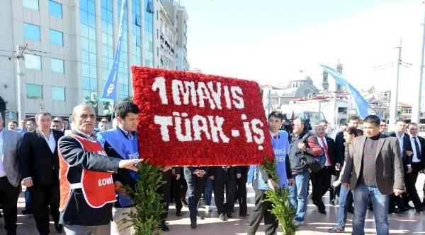 Türk–iş 1977'de Ölenleri Anıp, Anıta Çelenk Bıraktı