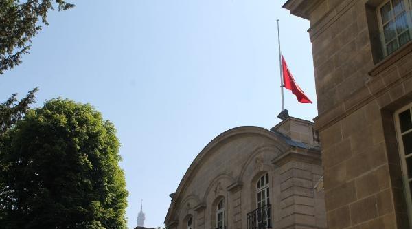 Türkiye'nin Priştine Ve Paris Büyükelçiliklerinde Bayraklar Yarıyla İndirildi