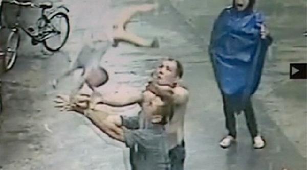 Üçüncü Kattan Düşen Bebeği Havada Böyle Yakaladılar
