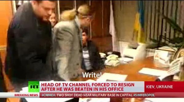 Ukrayna'da Aşırı Sağcılar Devlet Televizyonunu Basıp Genel Müdürü Döverek İstifa Kağıdı İmzalatti