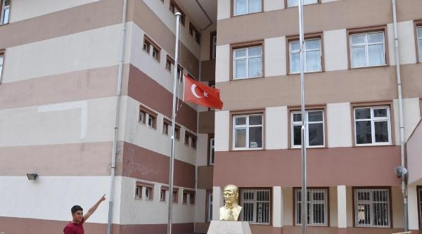 Ulusal Yas Bitti, Besni'deki Türk Bayrağı Göndere Çekilmedi