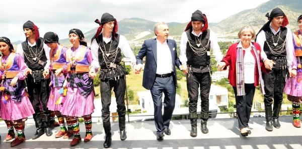 Ulusoy, Bodrum'da Horon Tepip, Turizmle İlgili Mesajlar Verdi