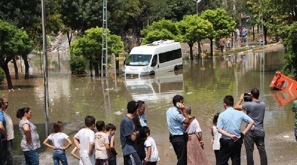 Ümraniye'de Gülistan Sokak Göle Döndü