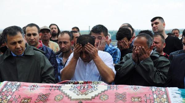 Umut'un Cenazesi Yağmur Altında Toprağa Verildi