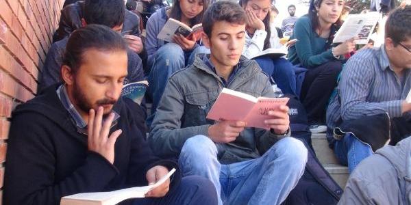 Üniversite Öğrencilerden 'kitap Okuma' Eylemi
