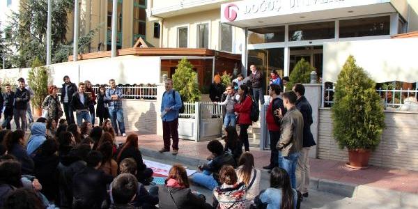 Üniversite Öğrencileri Işten Çikarilan Hocalariyla Sokakta Ders Yapti