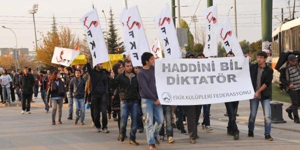 Üniversite Öğrencilerinden Kizli-Erkekli Yürüyüş