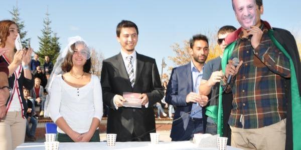 Üniversite Öğrencilerinin 'kampüste Toplu Nikah' Eylemi