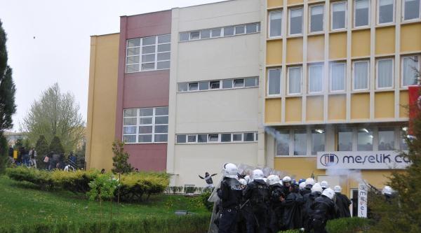 Üniversitede Karşıt Görüşlü Öğrenciler Kavga Etti (2)