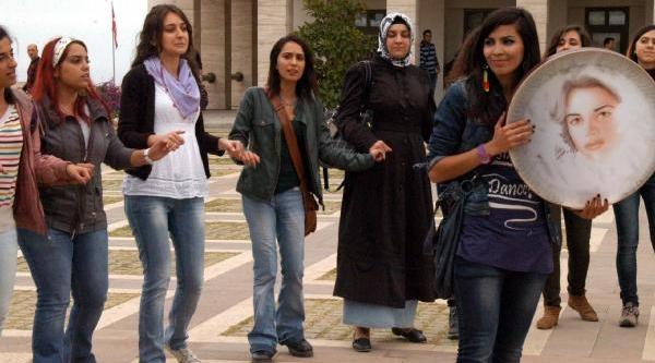 Üniversiteli Kizlardan Şiddet Karşiti Eylem