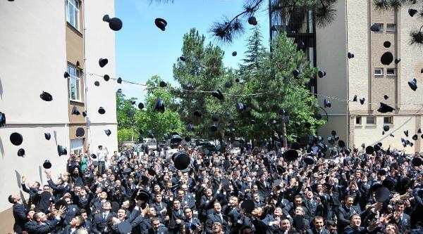 Üniversiteli Polislerin Havaya Attıkları Şapkalari Klima Üzerinde Kaldı