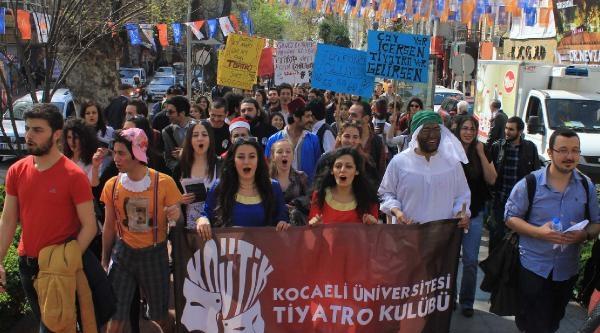 Üniversiteli Tiyatrocular 'dünya Tiyatro Günü'nü Kutladı