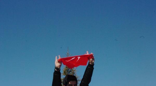 Üniversiteliler Demir Dövüp, Halay Çekti
