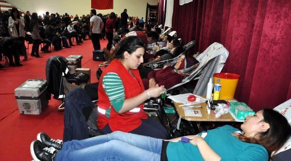 Üniversitelilerden Kızılay'a  Kan Bağışı