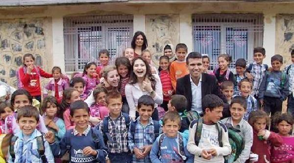 Üniversitelilerden Köy Okulu Öğrencilerine Hediye