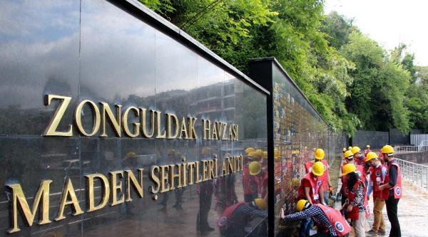Üniversitelilerden Maden Şehitlerine Saygı